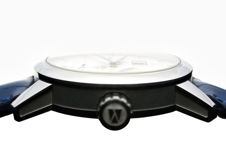 Zeitwinkel watch case model 273° with view of the frontside sapphire crystal